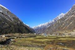 Valle del pueblo de Langtang y paisaje de la cordillera de Himalaya imágenes de archivo libres de regalías