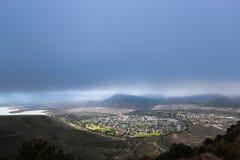 Valle del punto di vista di desolazione, vista della città di Graaff Reinet durante la tempesta, Sudafrica Immagini Stock Libere da Diritti