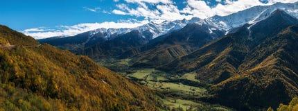 Valle del río de Enguri en el pie de montañas, Georgia Fotos de archivo libres de regalías