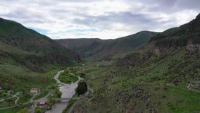 Valle del río Kura cerca del monasterio Vardzia complejo de la cueva Silueta del hombre de negocios Cowering metrajes