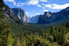 Valle del Yosemite con cielo blu e le nubi Fotografia Stock