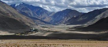 Valle dell'alta montagna, la vista dal passaggio, il viaggio in Himalaya, India del Nord Fotografie Stock Libere da Diritti