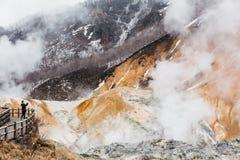 Valle dell'inferno di Noboribetsu Jigokudani: La valle del vulcano ha ottenuto il suo nome dall'odore solforico fotografia stock