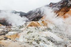 Valle dell'inferno di Noboribetsu Jigokudani: La valle del vulcano ha ottenuto il suo nome dall'odore solforico immagine stock libera da diritti