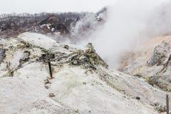 Valle dell'inferno di Noboribetsu Jigokudani: La valle del vulcano ha ottenuto il suo nome dall'odore solforico immagini stock
