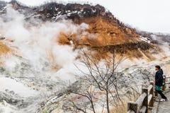 Valle dell'inferno di Noboribetsu Jigokudani di punto di vista della ragazza: La valle del vulcano con l'odore solforico immagine stock