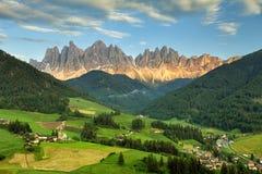 Valle dell'Italia, alpi di Odle delle dolomia, Funes in primavera Fotografia Stock Libera da Diritti