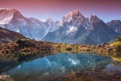 Valle della montagna con la riflessione in acqua nell'alba Immagini Stock