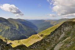 Valle della montagna con la strada di bobina Immagine Stock