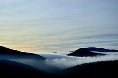 Valle della montagna con le nubi Immagini Stock Libere da Diritti