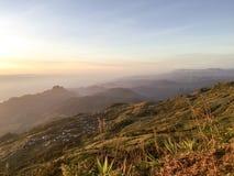 Valle della montagna del cielo di alba immagine stock