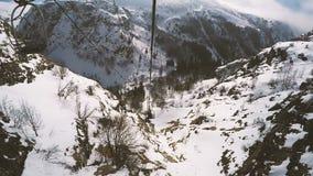 Valle della montagna di Snowy Punto di vista dell'ascensore di sci stock footage