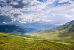 Valle della montagna dopo la pioggia immagini stock libere da diritti