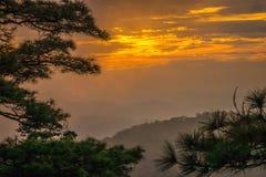 Valle della montagna durante il tramonto Immagini Stock