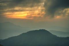 Valle della montagna durante il tramonto Immagine Stock
