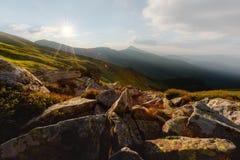 Valle della montagna durante l'alba Immagine Stock