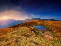 Valle della montagna durante l'alba luminosa Fotografia Stock Libera da Diritti