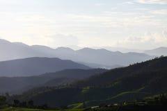 Valle della montagna durante l'alba Paesaggio della primavera naturale su Maejam Chiang Mai, Tailandia Fotografia Stock Libera da Diritti