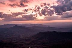 Valle della montagna durante l'alba Paesaggio naturale di estate Immagini Stock Libere da Diritti
