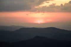 Valle della montagna durante l'alba Paesaggio naturale di estate Immagine Stock
