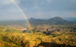 Valle della montagna e dell'arcobaleno immagine stock libera da diritti