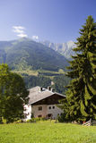 Valle della montagna ed alpi austriache della casa in estate Immagini Stock