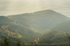 Valle della montagna, la foresta sulle colline, vasti campi nella distanza Immagini Stock Libere da Diritti