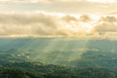 Valle della montagna nell'ambito di foschia e di sole di mattina Immagine Stock
