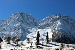 Valle della montagna della neve di inverno Cielo su terra Fotografie Stock Libere da Diritti