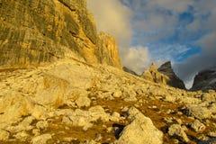 Valle della montagna rocciosa delle dolomia al tramonto, Dolomiti di Brenta Immagine Stock