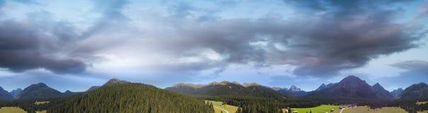Valle delle dolomia, vista panoramica delle alpi italiane Immagini Stock Libere da Diritti