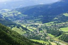 Valle delle montagne di Alpen al giorno soleggiato Immagine Stock
