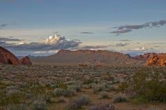 Valle delle montagne e delle nubi del fuoco Fotografia Stock