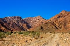 Valle desolata con le colline rosse Immagini Stock Libere da Diritti