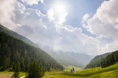 Valle di Aosta, Italia: prati, terreno boscoso e catena montuosa Fotografia Stock Libera da Diritti