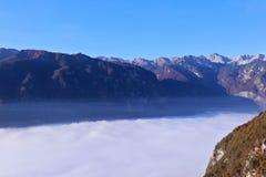 Valle di Bohinj coperta di nuvole di mattina Fotografia Stock