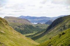 Valle di Borrowdale circondata dalle montagne fotografia stock