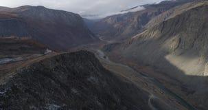 Valle di Chulyshman, autunno, colpo sul fuco, Altai, Russia archivi video