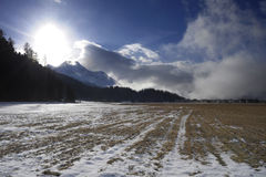 Valle di Engadin nel villaggio della Svizzera Sils Maria con neve sulle montagne dell'alpe Immagini Stock