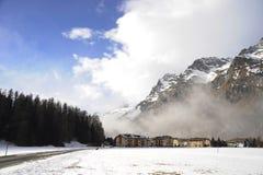 Valle di Engadin nel villaggio della Svizzera Sils Maria con neve sulle montagne dell'alpe Fotografie Stock