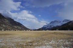 Valle di Engadin nel villaggio della Svizzera Sils Maria con neve sulle montagne dell'alpe Immagine Stock