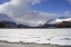 Valle di Engadin nel villaggio della Svizzera Sils Maria con neve sulle montagne dell'alpe e sul lago congelato Fotografie Stock