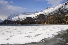 Valle di Engadin nel villaggio della Svizzera Sils Maria con neve sulle montagne dell'alpe e sul lago congelato Fotografia Stock Libera da Diritti