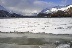 Valle di Engadin nel villaggio della Svizzera Sils Maria con neve sulle montagne dell'alpe e sul lago congelato Immagine Stock