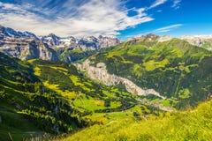Valle di Lauterbrunnen con la cascata splendida in alpi svizzere Fotografie Stock Libere da Diritti