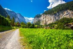 Valle di Lauterbrunnen con le alpi splendide dello svizzero e della cascata nei precedenti, Berner Oberland, Svizzera, Europa Immagine Stock Libera da Diritti
