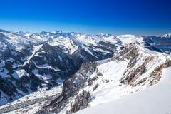 Valle di Muotathal e lago Lucerna circondato dalle alpi svizzere Fotografie Stock
