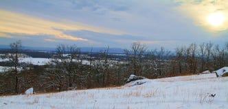 Valle di neve fresca nell'ambito di un tramonto dorato fotografia stock