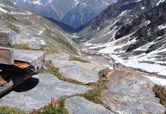 Valle di Oetztal con il banco di sosta di legno, Austria Fotografie Stock Libere da Diritti