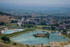 Valle di Pamukkale e lago, Turchia Fotografie Stock Libere da Diritti